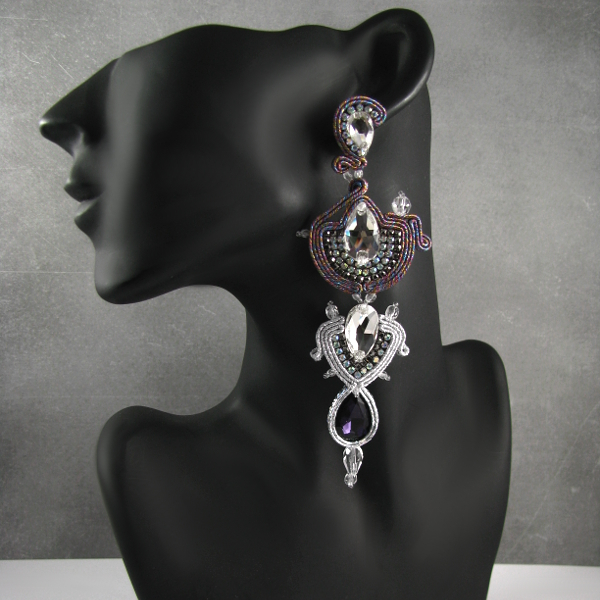 Luksusowe kolczyki Swarovski w kolorze srebrnym do sukni wieczorowej.