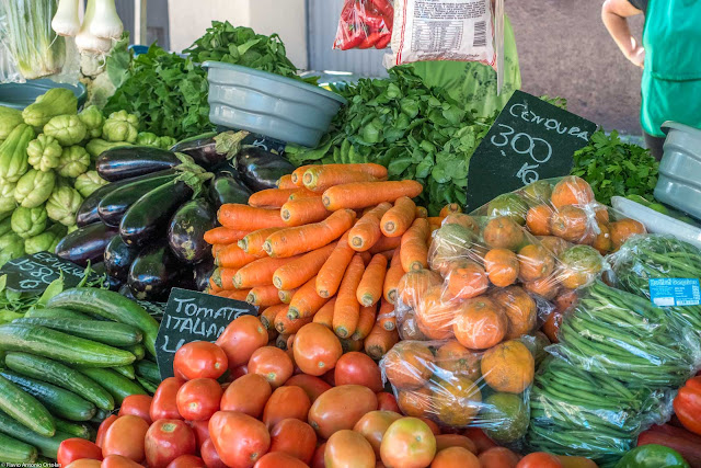 verduras expostas em banca na feira
