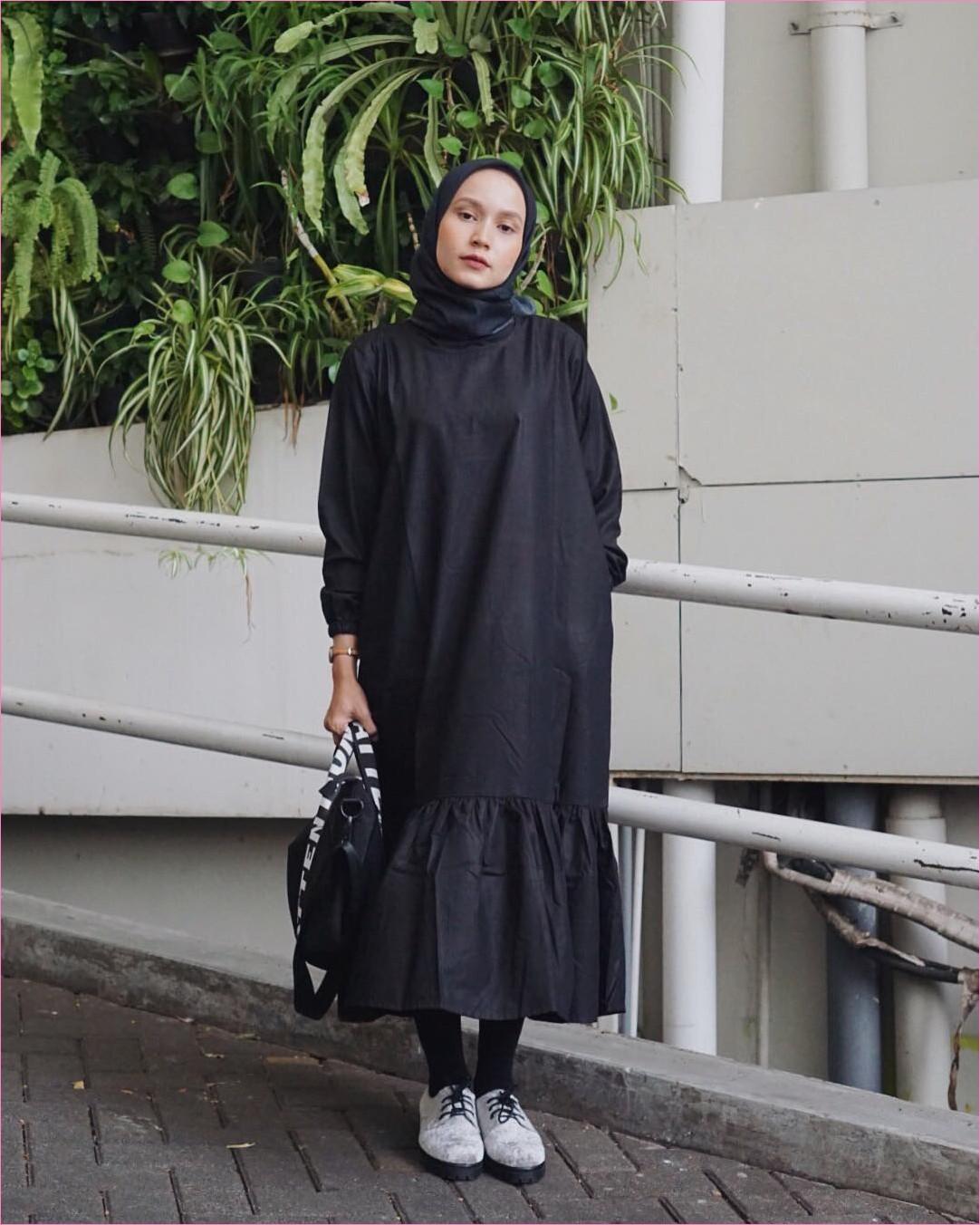 Outfit Baju Tunic Untuk Hijabers Ala Selebgram 2018 baju tunic hitam hand bag tote bag legging lace ups flatshoes kets putih kerudung segiempat hijab square jam tangan ootd trendy kekinian gelang emas pohon daun