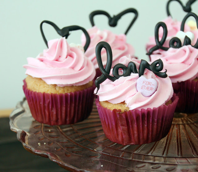 """Love"" cupcakes with chocolate"