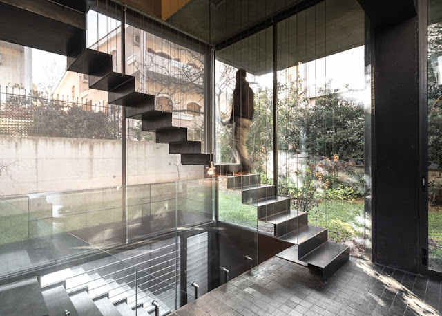 Thin steel hanged stairs