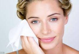 Membersihkan Bekas MakUp Wajah Dengan Tisu Membersihkan Bekas  MakeUp Wajah  Dengan Tisu