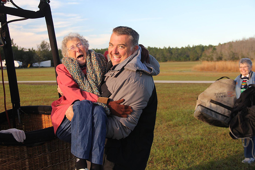 90-Year-Old With Cancer Chooses Epic Road Trip With Family Instead Of Treatment - But wherever she goes, she always has a smile