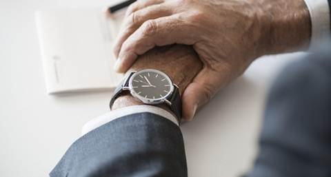 pria berjas memakai jam tangan keren
