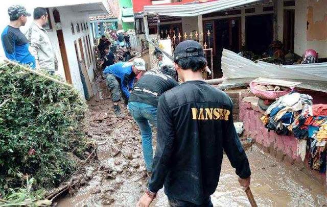 Ratusan Banser Terus Bergerak Evakuasi Lokasi Banjir Garut