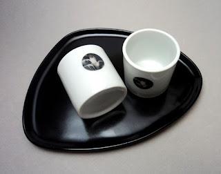 ensemble tasses et plateau pour service du café, noir et blanc et motifs