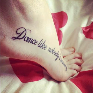 TATTOOS EN EL PIE DE FRASE