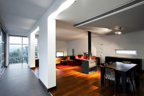 Interior Balkon Atas dan Ruang TV Rumah Minimalis Modern