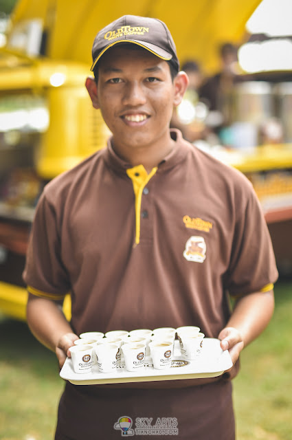 Ice cold OLDTOWN White Coffee being served from the Gopitiam Van