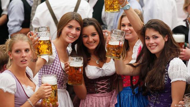 Баварские женщины с пивом