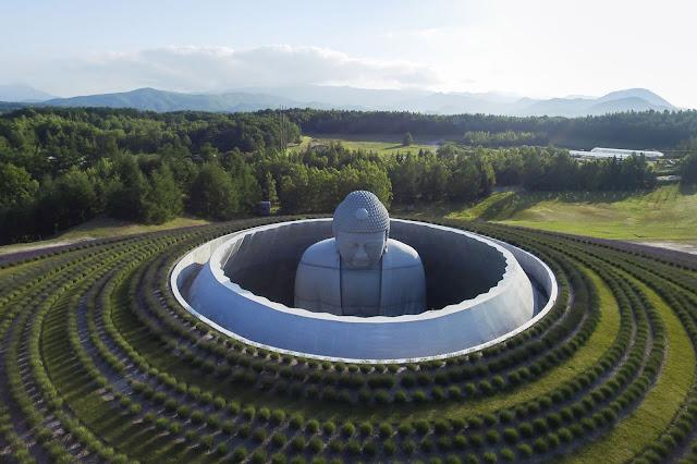 Enorme-estatua-de-Buddha-cementerio-de-Sapporo