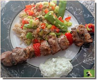 Vie quotidienne de FLaure : Brochettes d'agneau, salade de riz, sauce yaourt et concombre