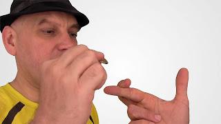 Sienta las monedas entre tus dedos. Tactile diplopia 03