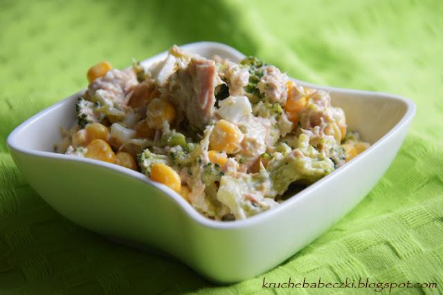 Sałatka z tuńczykiem, jajkiem, kukurydzą i brokułem