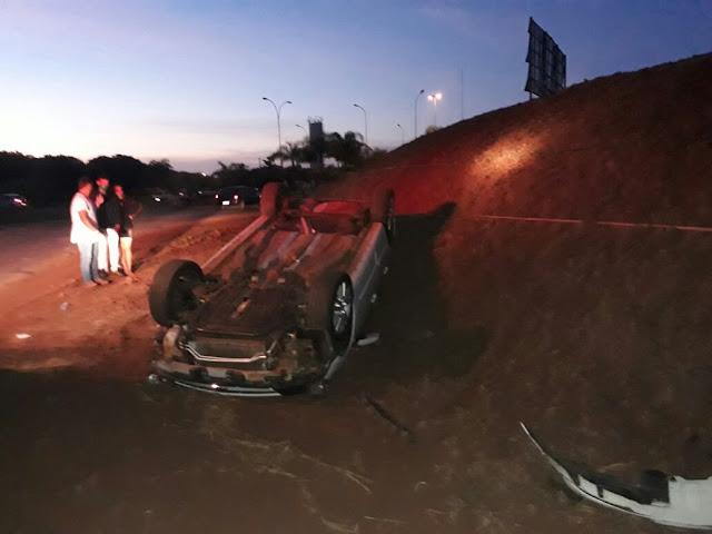Carro capota e atropela uma pessoa em Cajobi