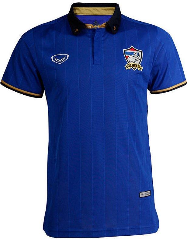 ac26f8e3f2 A camisa titular é predominantemente azul com finas linhas verticais em tom  mais escuro. A gola e os punhos são em azul marinho e dourado.