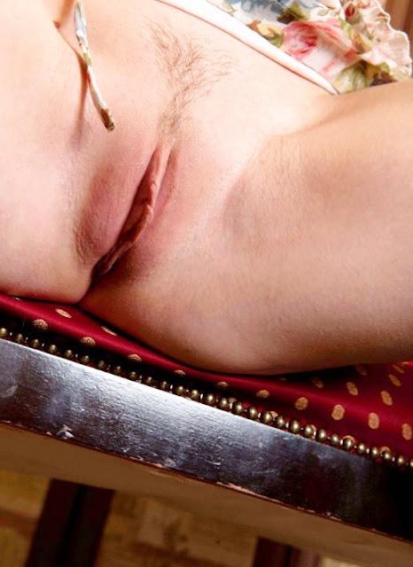 Эротические фото на www.eroticaxxx.ru: Розовая пися обнаженной Лены без трусиков! Erotica xxx девушки без трусов, сняла трусы и показала - ЭРО фотографии 18+