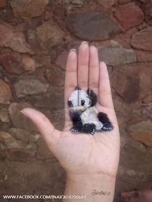 Ilustración de  un simpático panda sentado.