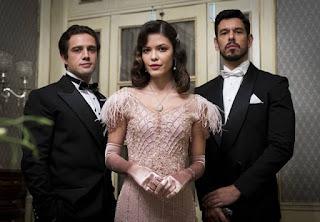 O público faz especulações sobre o passado de Danilo (Rafael Cardoso), Julia (Vitória Strada) e Gustavo Bruno (João Vicente de Castro) em Espelho da Vida