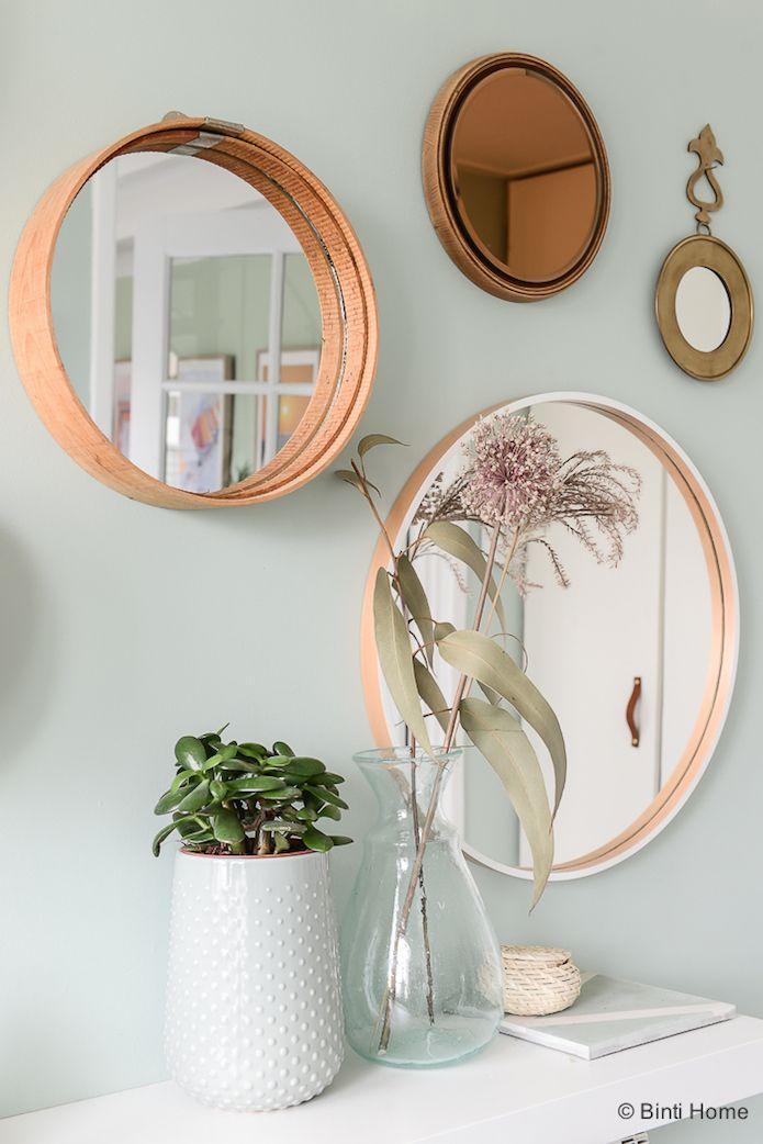 composición de espejos circulares sobre la pared