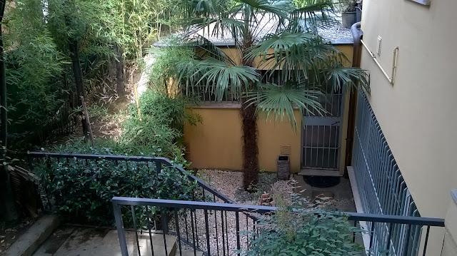 l'accesso indipendente al piano giardino della villa a mozzo via mozzi