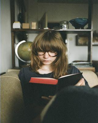 foto tumblr en casa con libro