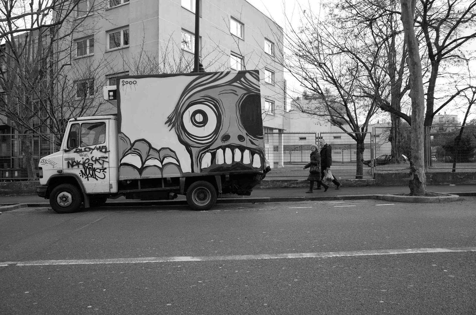 After a tour of Brazil and its Caipirinhas, Mygalo 2000 is back in his hometown of Paris in France where he started taking over more vans and abandoned places.