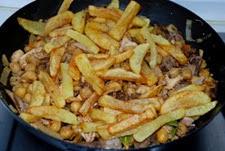 Añadir las patatas fritas la ropavieja