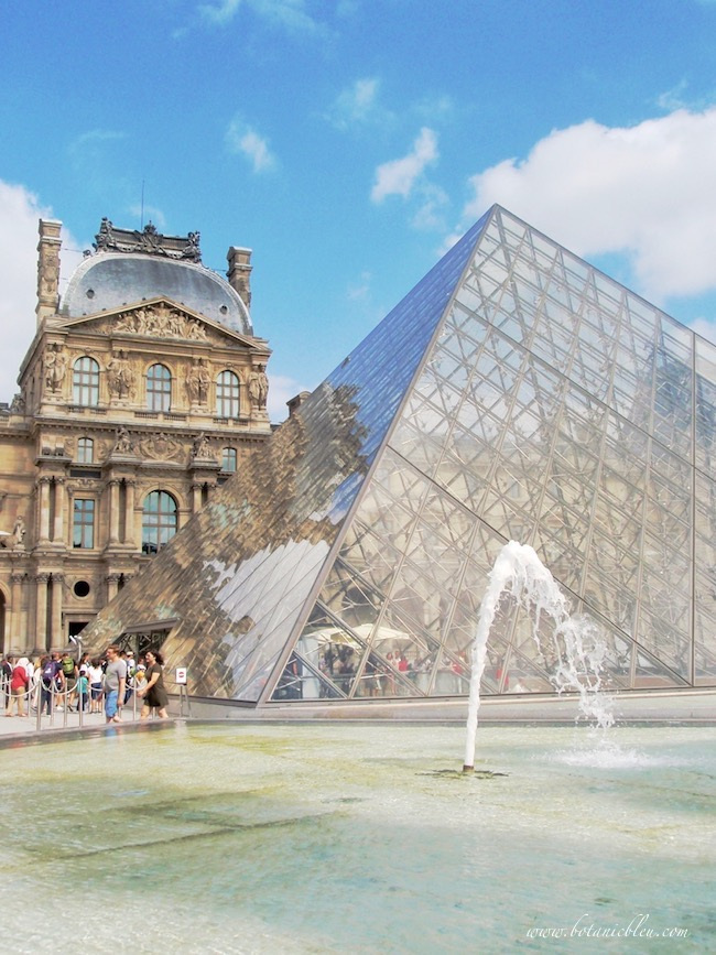 Louvre main entrance glass pyramid