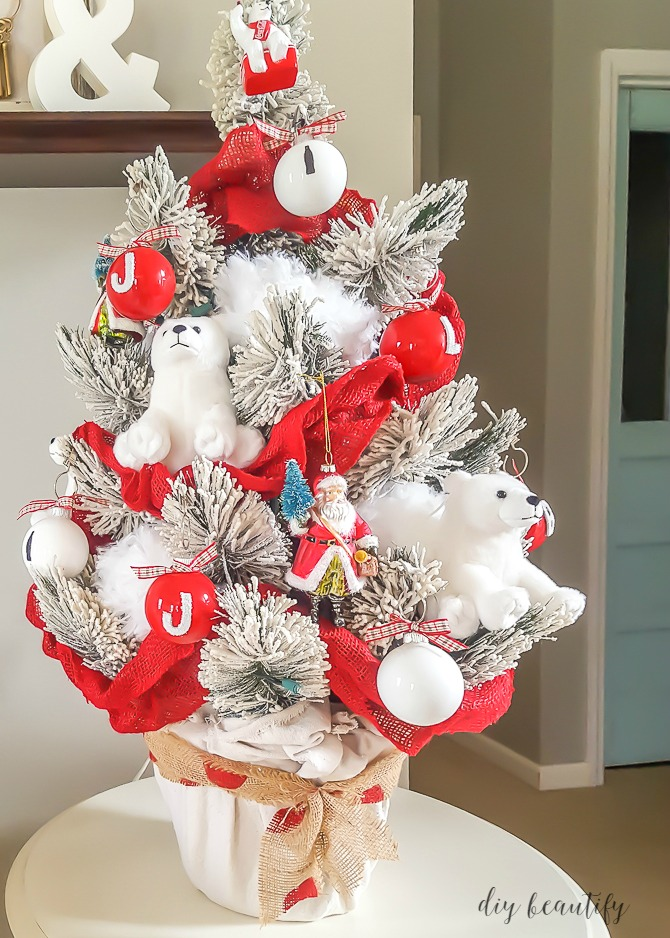 Decorating a themed Christmas tree can be done frugally! Find out more at diy beautify!