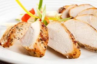 """<img src=""""carne-magra-de-pollo.jpg"""" alt=""""para las personas que sufren colon irritable, se recomiendan carnes magras"""">"""