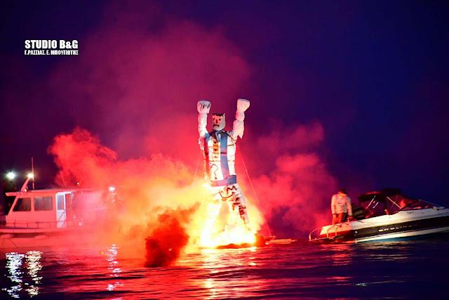 Έκαψαν τον Ιούδα μέσα στη θάλασσα στο Τολό (βίντεο)