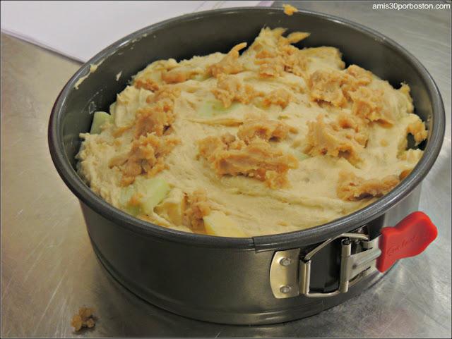 Masa Cruda del Bizcocho de Manzana en el Molde en la Clase de Cocina