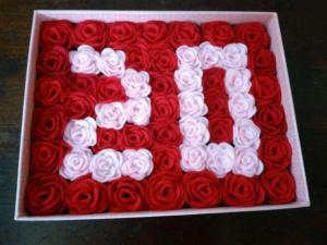 buket bunga dalam wadah kotak hadiah