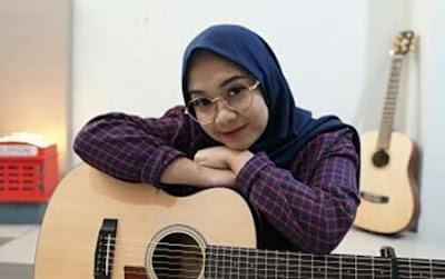Regita Echa dan Gitarnya