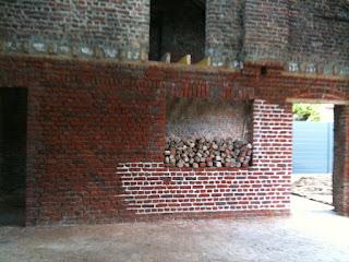 la grange qui deviendra loft les briques aux joints blancs. Black Bedroom Furniture Sets. Home Design Ideas