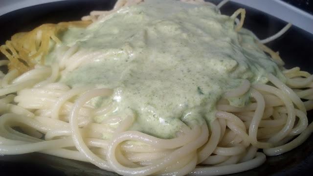 Pasta con salsa verde de nata, queso y espinacas.