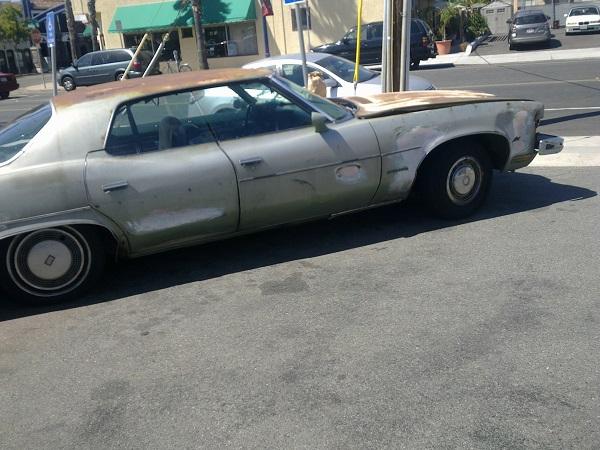 verrostet, aber fahrtüchiges Auto in San Diego, CA aufgenommen