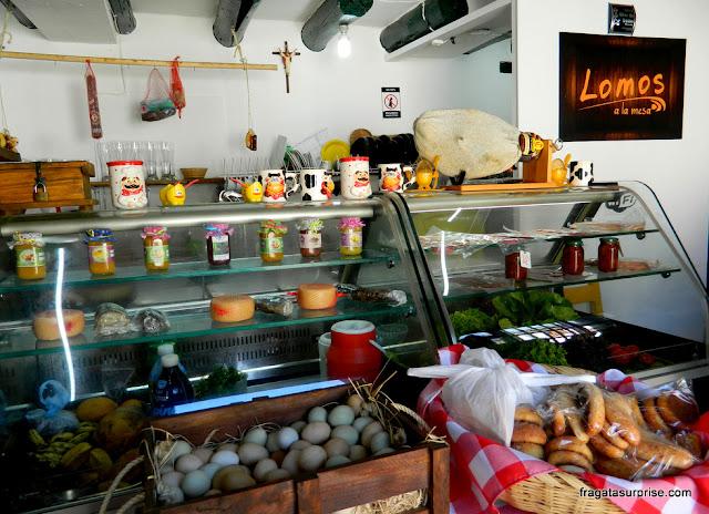 Balcão de produtos típicos de Villa de Leyva no Café Lomos