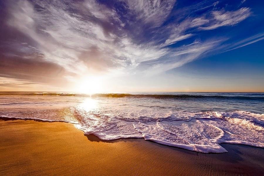 por do sol na praia e mar