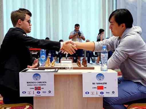 Le champion du monde d'échecs Magnus Carlsen abandonne face au Chinois Bu Xiangzhi - Photo © ChessBase