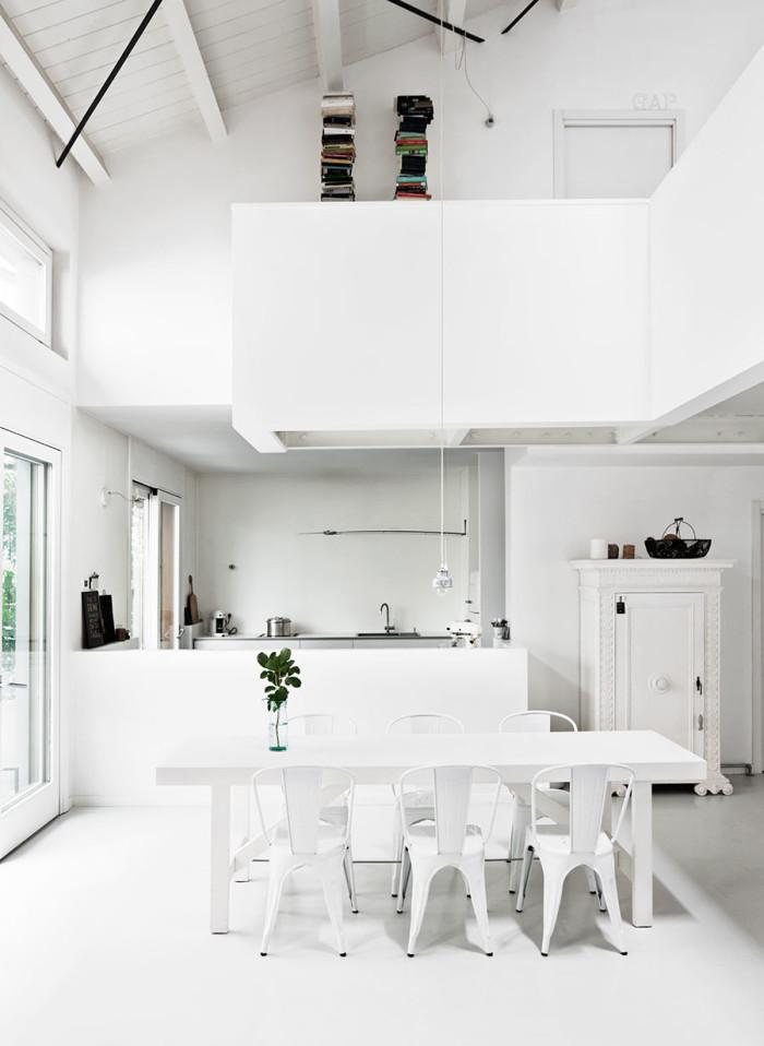 cocina blanca pequeña estilo nordico decoracion nordica sillas tolix blancas alquimia deco interiorsta barcelona