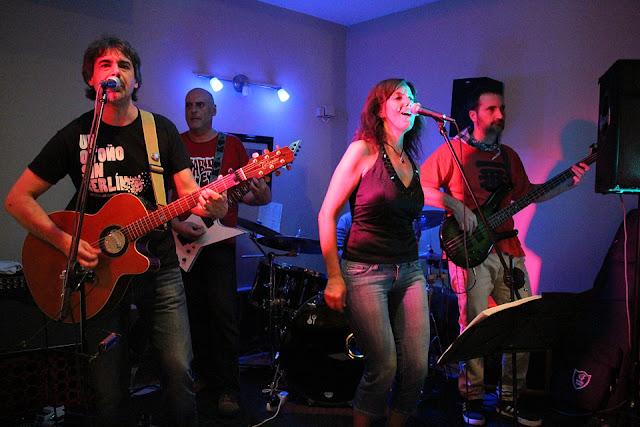 Concierto en Riojana Rock de Meibi y los Vietnamitas Blancos durante las fiestas de Barakaldo