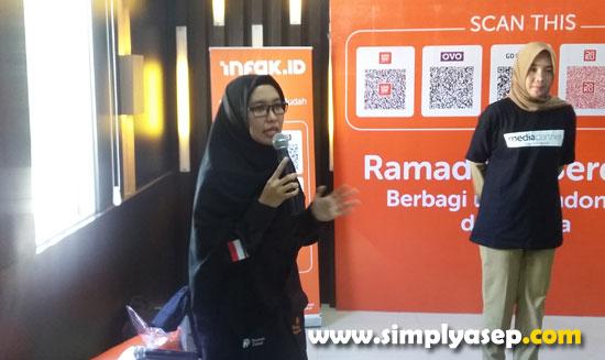 MC :  Rahmi dari RUmah Zakat bertindak sebagai MC dalam Launching program Ramadhan Berdaya Rumah Zakat yang digelar di Resto Pegasus Pontianak Selasa (30/4) ini  Foto Asep Haryono