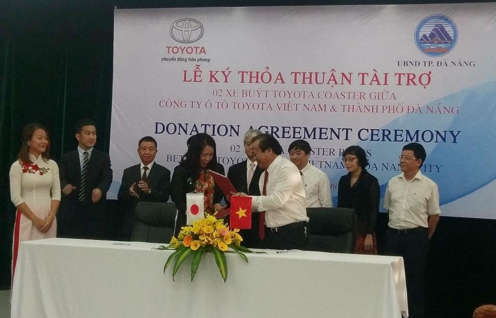 Toyota trao tặng 2 xe buýt Coaster cho TP. Đà Nẵng