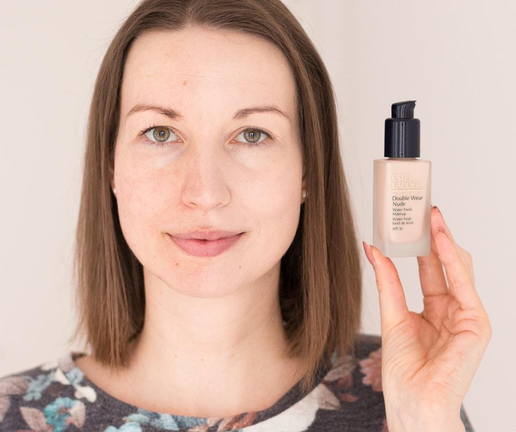 Estée Lauder Double Wear Nude Water Fresh Foundation in 1N0 Porcelain auf der linken Gesichtshälfte aufgetragen