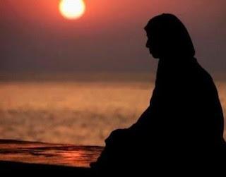 ibu merenung sendirian