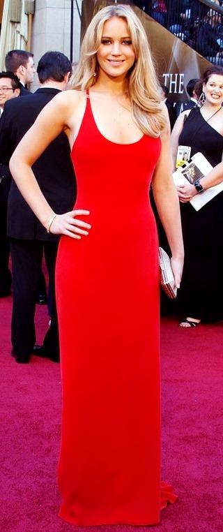 Foto de mujer famosa con vestido rojo