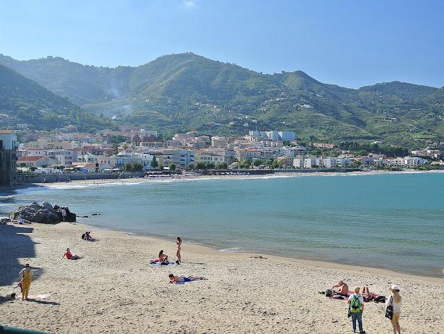 plaża miejska w Cefalu, gdzie wypoczywać na wakacjach