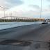 Buraco interdita uma faixa do viaduto Santos Reis no acesso à ponte Newton Navarro
